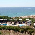 Vue sur la piscine (de la réception) et sur la plage