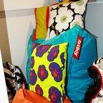 Dettaglio cuscini del marchio Marimekko e Fatboy