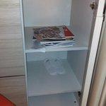 Ciabatte usate e riviste sparpagliate in un armadio della suite.