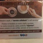 Espresso e bevande calde a pagamento a colazione.