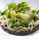 Le Risoni de Calamar à l'encre, tagliatelles de seiche et légumes croquants