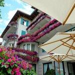 美しい花々に囲まれたホテル