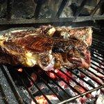Fleisch direkt gegrillt über offenem Holzfeuer.