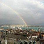 Auf dem Regenbogen von der Dachterrasse nach Asien