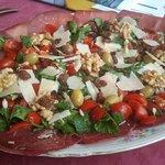 Bresaola con rucula, cherrys y frutos secos!!!! Ummmm!!!!