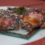 Formaggio di norcia in crosta di pancetta papavero e sesamo tostati.