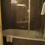 Shower/tub with cool tiles