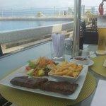 La comida en el área de la terraza-Piscina