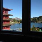 Blick beim Frühstück und Mittagessen im Speisessal, links im Bild der Chinaturm, vorne der See