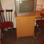 Möbel und Fernseher im Zimmer