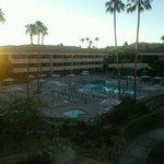 ホテル客室からの眺め。日の出の時刻です。