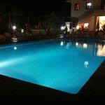 Ecco la piscina di sera .