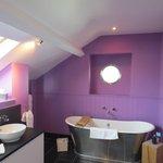 Aeron Queen bathroom