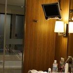 TV im Bad über dem Waschbecken