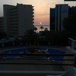 Vista de la piscina y el mar desde la habitación