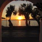 Le coucher de soleil depuis l'entrée de l'hôtel