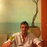 Dorade mit einem Glas Weißwein