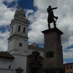 El monumento a Sucre en la plaza de Santo Domingo.