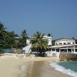 пляж и соседние отели