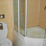 Douche bouchée et pas de tapis de bain
