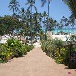 Escalier pour accéder à l'espace restaurants, piscine, plage