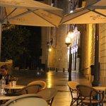 Mesas del bar en la vereda frente a un palacio rococó del siglo XVIII