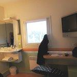 Zimmer mit Waschbecken und TV