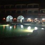 Restaurante y hotel por la noche