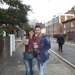 la calle del hostel y cafe muy bueno del hostel 2 pounds!!