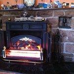 """Le """"faux"""" feu de cheminée dans le salon qui réchauffe bien toutefois!"""