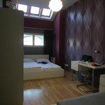 La chambre à coucher : un double lit + i lit d'appoint.
