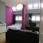 Le séjour-salle à manger avec double lit et canapé-lit + kitchenette.