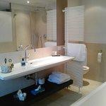 salle de bains très spacieuse