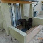 l'accés à la chambre devant le jardin d'enfants et surtout la seule fenêtre