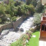 Sacada do hotel onde corre um rio de aguas cristalinas