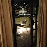 Vista desde el balcón, de noche es mucho mejor que de día (no se ven los tinacos, cables, tubos)