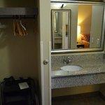 Safe und Waschbecken im Wohnbereich
