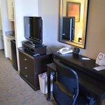 Schreibtisch, TV und Kühlschrank