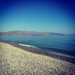 Пляж прям перед отелем, галька и горы