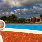 Foto lounge da bordo piscina con auricolare per musica