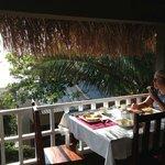 Desayunando con hermosas vistas, viendo a las ballenas juguetear en el agua