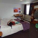 chambre avec 1 lit double et 2 lits simples
