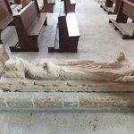 un gisant dans l'église...
