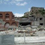 軍艦島上陸後最初に見える建物