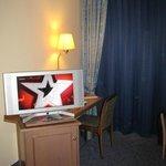 Flat TV mit Minibar