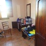 Armoire et bureau avec TV