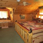 Log Cabin Suite, Bed and Jacuzzi
