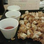 Crujientes de pollo con tres salsas