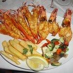 Prato principal com camaroes e lagostas