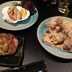 Gegrillte Hotate-Muscheln, Frittierte Hühnchen und Knoblauch